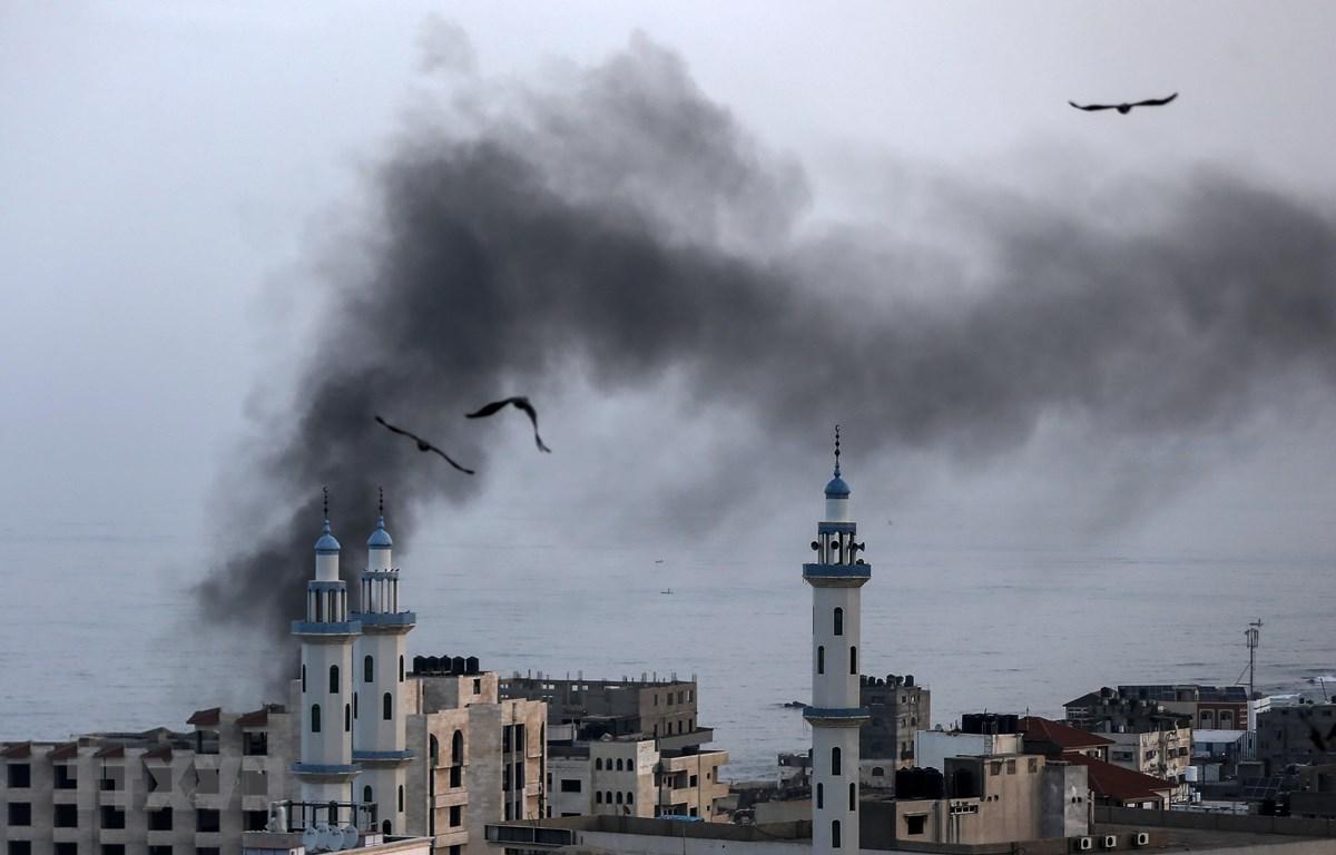 Khói bốc lên sau một cuộc không kích do Israel tiến hành tại Dải Gaza ngày 13/11/2019. (Ảnh: AFP/TTXVN)