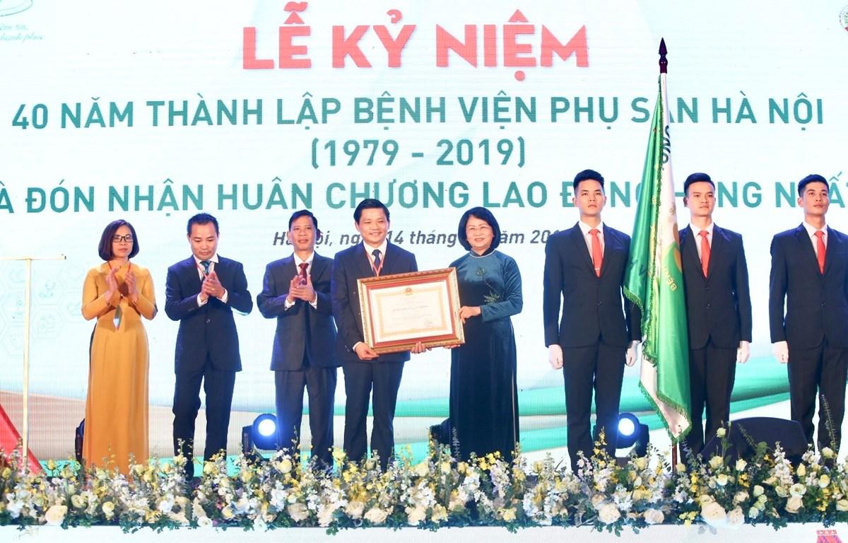 Phó Chủ tịch nước Đặng Thị Ngọc Thịnh trao Huân chương Lao động hạng Nhất của Chủ tịch nước cho Bệnh viện Phụ sản Hà Nội. (Ảnh: Minh Quyết/TTXVN)