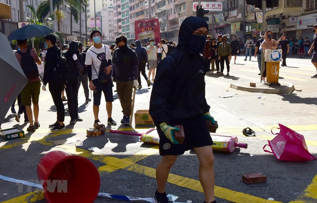 Người biểu tình quá khích ném gạch đá tại Sai Wan Ho, Hong Kong, Trung Quốc, ngày 11/11. (Ảnh: THX/TTXVN)