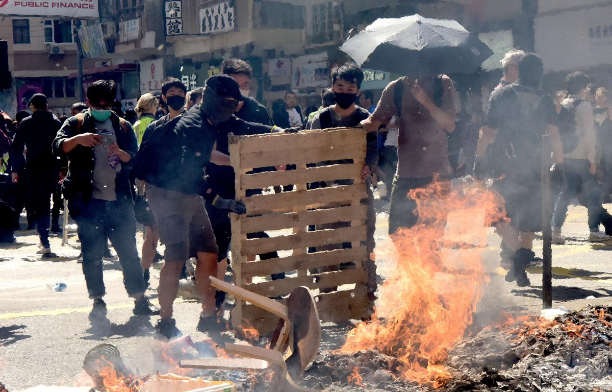 Người biểu tình dựng vật cản và đốt phá trên đường phố, làm tê liệt hệ thống giao thông tại Hong Kong (Trung Quốc) ngày 11/11/2019. (Ảnh: THX/TTXVN)