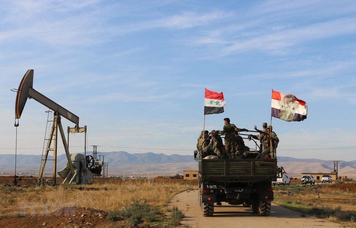 Quân đội Syria được triển khai tại khu vực tập trung nhiều mỏ dầu ở tỉnh Hasakah, Đông Bắc Syria ngày 5/11/2019. (Ảnh: THX/TTXVN)