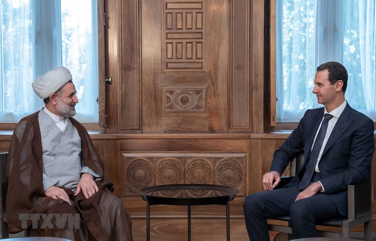 Tổng thống Syria Bashar al-Assad (phải) trong cuộc gặp phái đoàn nghị sĩ Quốc hội Iran do Chủ nhiệm Ủy ban An ninh Quốc gia và Chính sách Đối ngoại thuộc Quốc hội Mojtaba Zonnour (trái) dẫn đầu tại Damascus ngày 13/11/2019. (Ảnh: AFP/TTXVN)