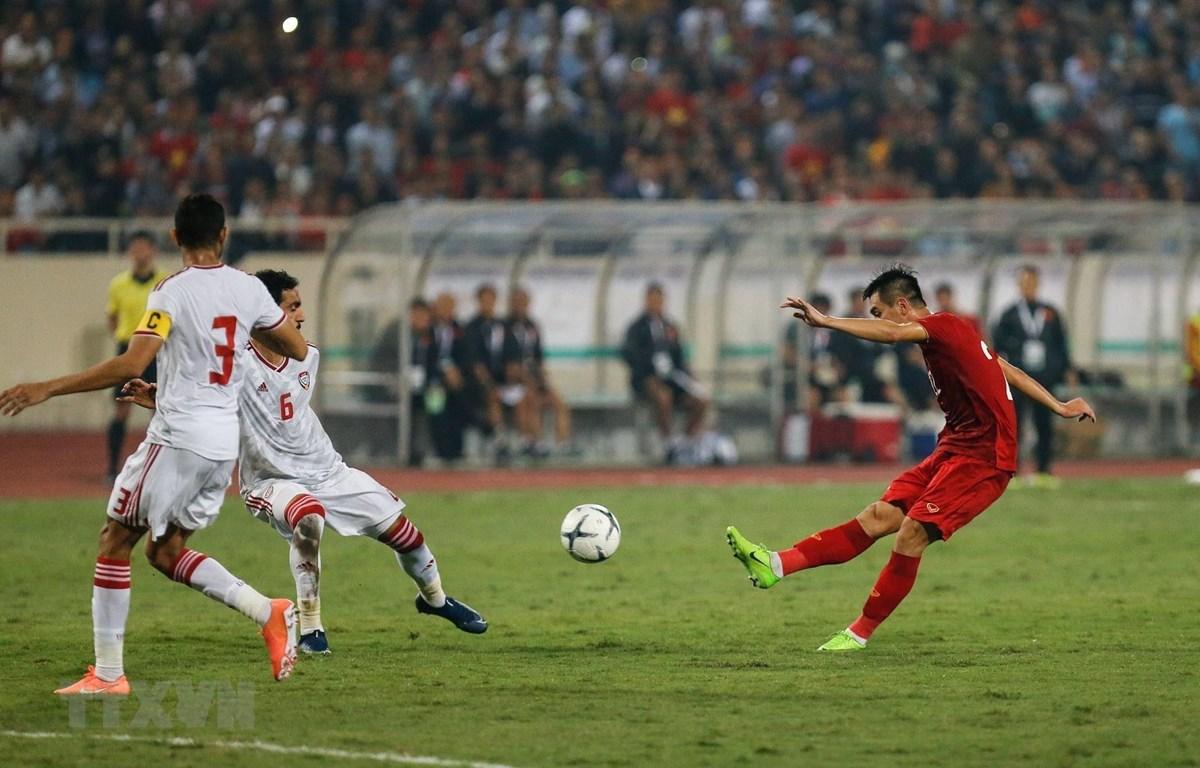 Pha ghi bàn từ cú sút xa mở tỷ số cho đội tuyển Việt Nam của tiền đạo Tiến Linh ở phút 44. (Ảnh: Trọng Đạt/TTXVN)