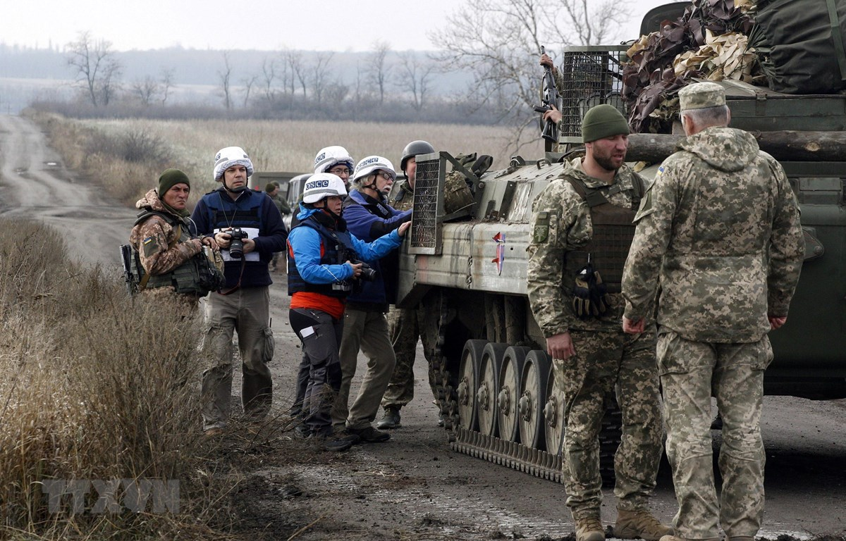 Các quan sát viên Tổ chức An ninh và Hợp tác châu Âu (OSCE) (trái) giám sát việc rút quân của các lực lượng Ukraine ở vùng Donetsk ngày 9/11/2019. (Ảnh: AFP/TTXVN)
