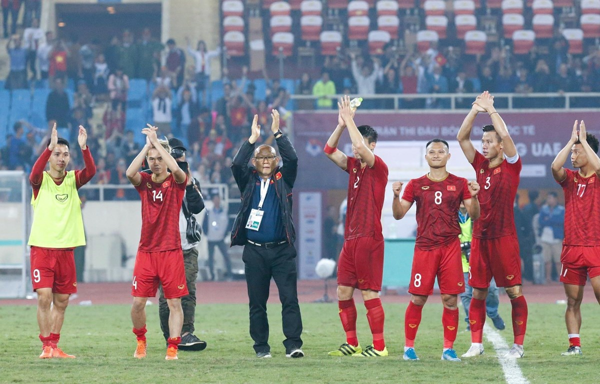 Ông Park Hang-seo và các tuyển thủ Việt Nam cám ơn người hâm mộ đã cổ vũ nhiệt tình, tiếp sức cho đội tuyển giành chiến thắng. (Ảnh: Trọng Đạt/TTXVN)