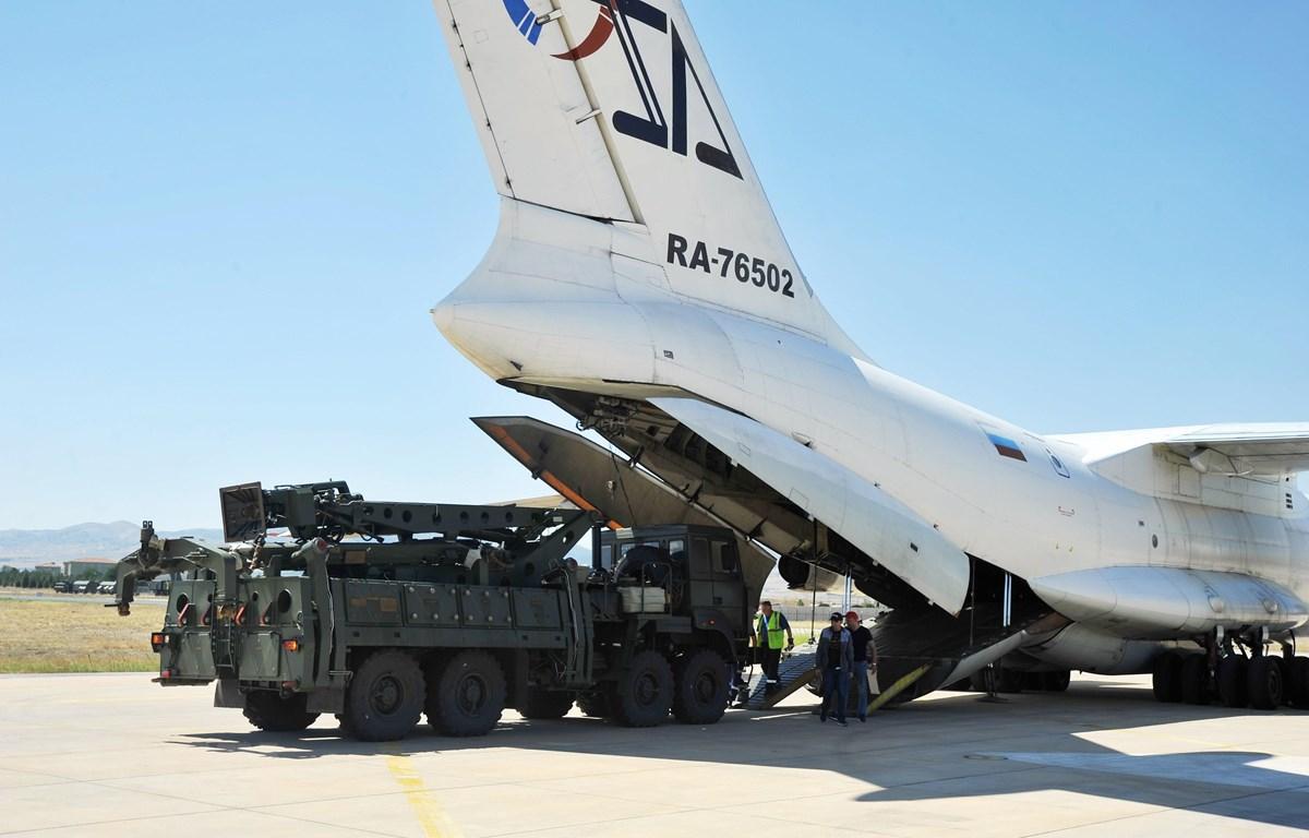 Máy bay vận tải Nga chở các bộ phận của Hệ thống phòng thủ tên lửa S-400 sau khi hạ cánh tại căn cứ không quân Murted ở Ankara, Thổ Nhĩ Kỳ ngày 27/8/2019. (Ảnh: AFP/TTXVN)