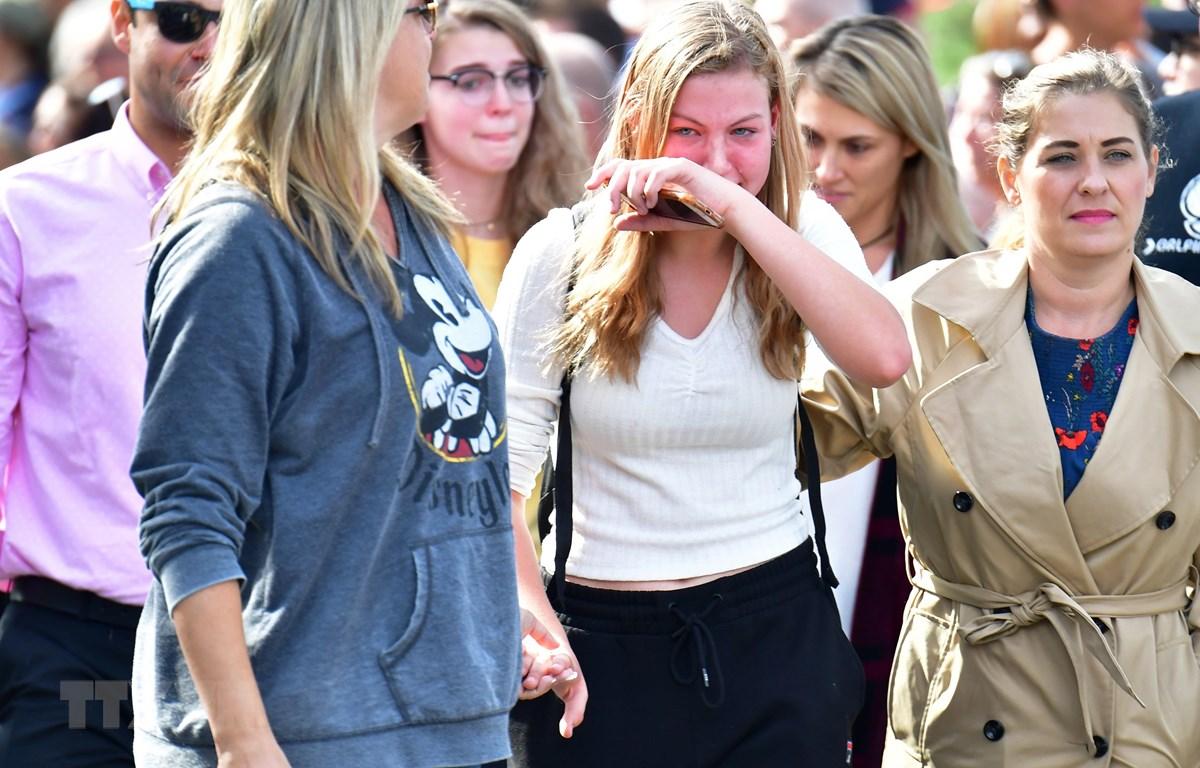 Người thân an ủi các nữ sinh sau vụ xả súng tại Trường trung học Saugus ở Santa Clarita, Los Angeles, Mỹ ngày 14/11/2019. (Ảnh: AFP/TTXVN)