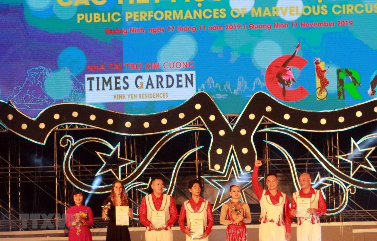 Ban Tổ chức trao giải vàng cho nghệ sỹ đến từ Canada và nước chủ nhà Việt Nam. (Ảnh: Đức Hiếu/TTXVN)