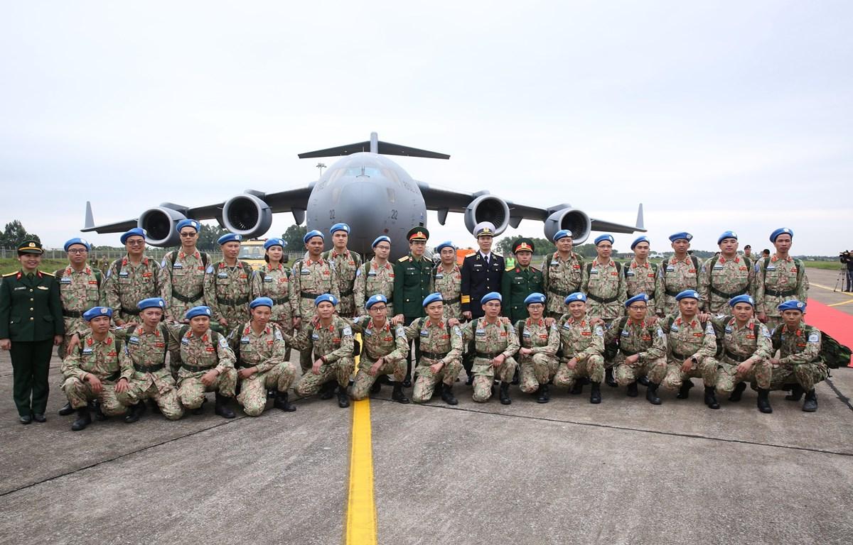 Cán bộ, chiến sỹ Bệnh viện dã chiến cấp 2 số 2 chụp ảnh chung trước khi lên máy bay sang Phái bộ Liên hợp quốc tại Nam Sudan thực hiện nhiệm vụ. (Ảnh: Dương Giang/TTXVN)