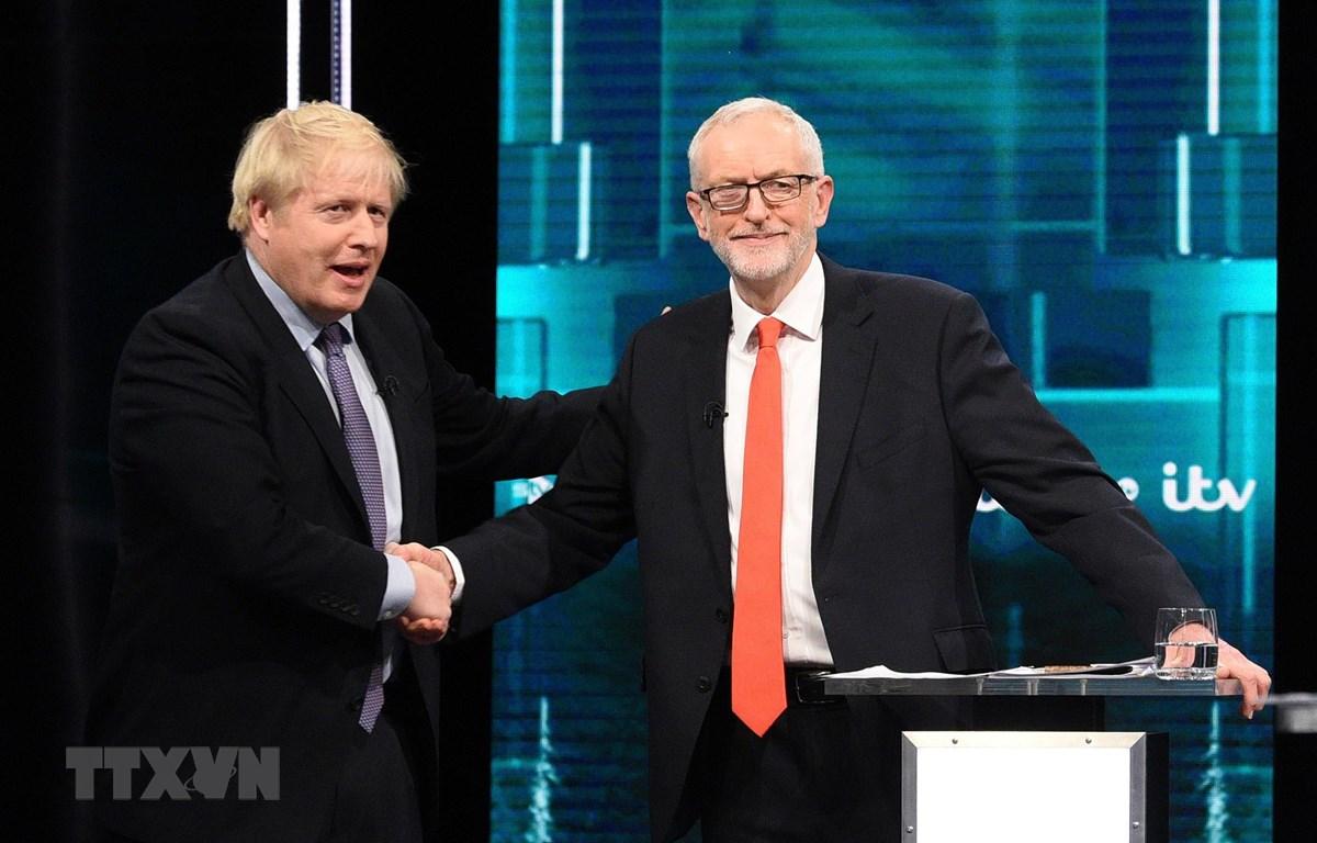 Thủ tướng Anh Boris Johnson (trái) và Lãnh đạo Công đảng Jeremy Corbyn trong cuộc tranh luận trực tiếp đầu tiên trên truyền hình ở London tối 19/11/2019. (Ảnh: AFP/TTXVN)