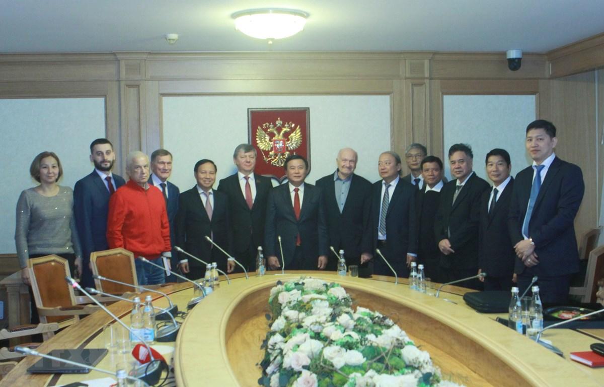 Ông Nguyễn Xuân Thắng và ông Dmitry Georievich Novikov cùng các đại biểu chụp ảnh chung. (Ảnh: Trần Hiếu/TTXVN)