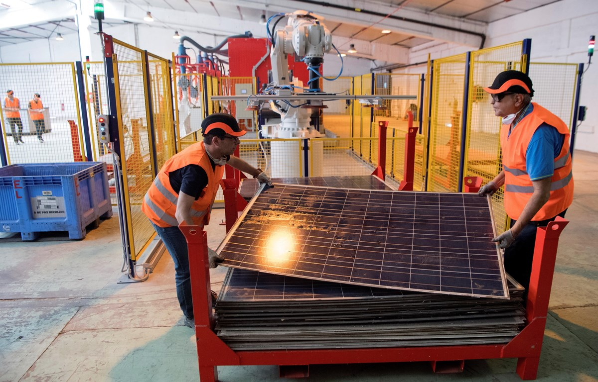 Công nhân làm việc tại nhà máy ở Rousset, miền nam nước Pháp, ngày 25/6/2018. (Ảnh: AFP/TTXVN)