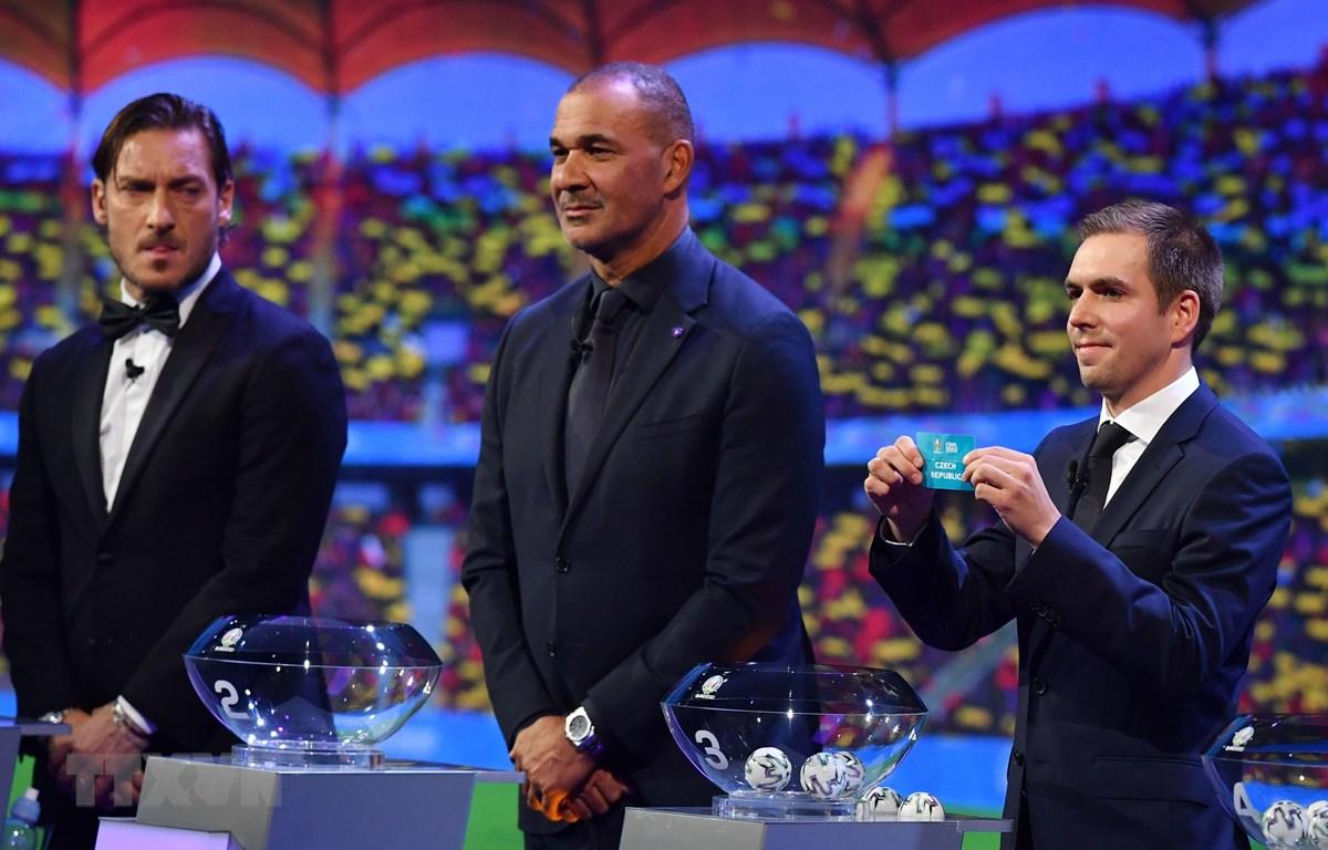 Cựu cầu thủ Đức Philipp Lahm (phải) tại lễ bốc thăm chia bảng Vòng chung kết EURO 2020 ở Bucharest, Romania. (Ảnh: AFP/TTXVN)