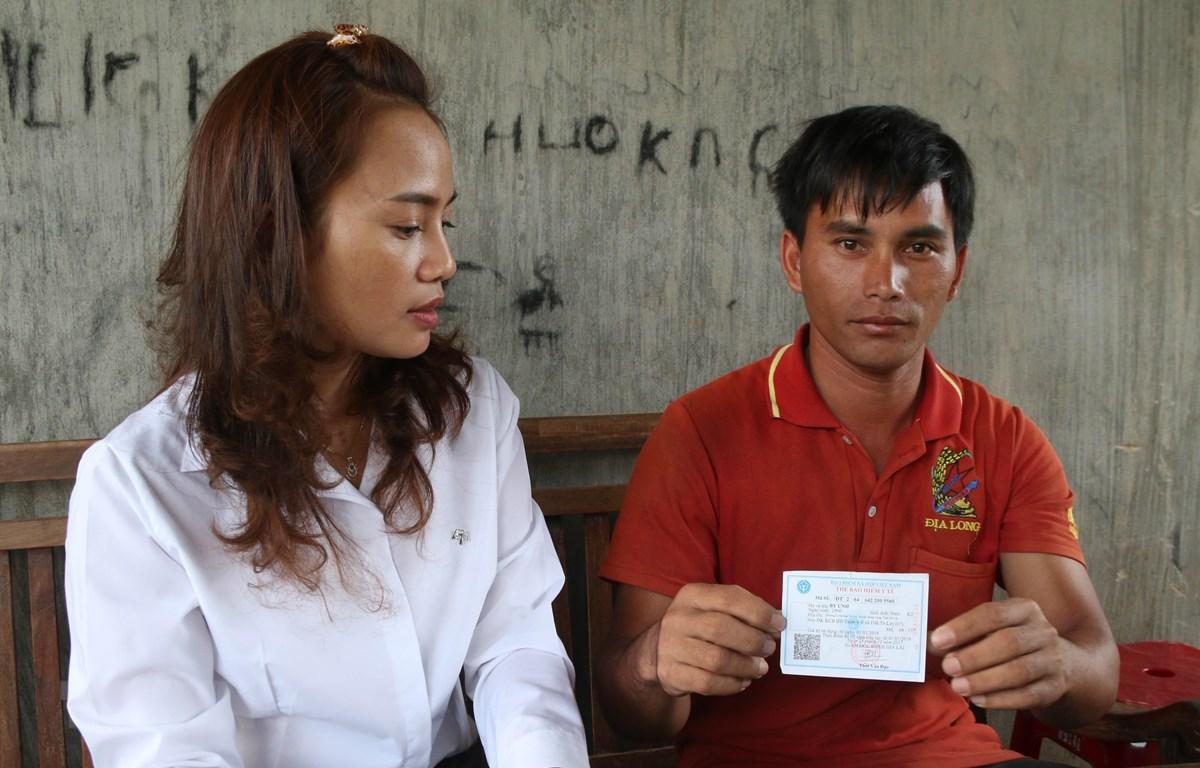 Anh Byưnh (áo đỏ), con trai út của ông Byoch (đã tử vong), làng Ch'rơng II, xã Đăk Taley, huyện Mang Yang (Gia Lai) khẳng định gia đình không dùng thẻ bảo hiểm y tế của cha đi khám bệnh tại Trạm Y tế xã Đăk Taley nhưng lại phát sinh chi phí y tế. (Ảnh: Hồ