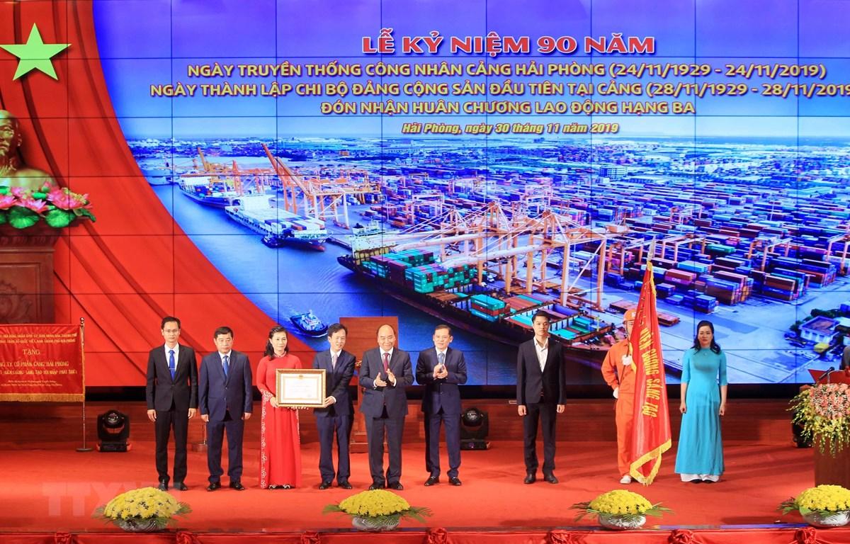 Thủ tướng Nguyễn Xuân Phúc, Chủ tịch Hội đồng thi đua khen thưởng Trung ương trao Huân chương Lao động Hạng Ba cho cán bộ, công nhân, người lao động Cảng Hải Phòng. (Ảnh: An Đăng/TTXVN)