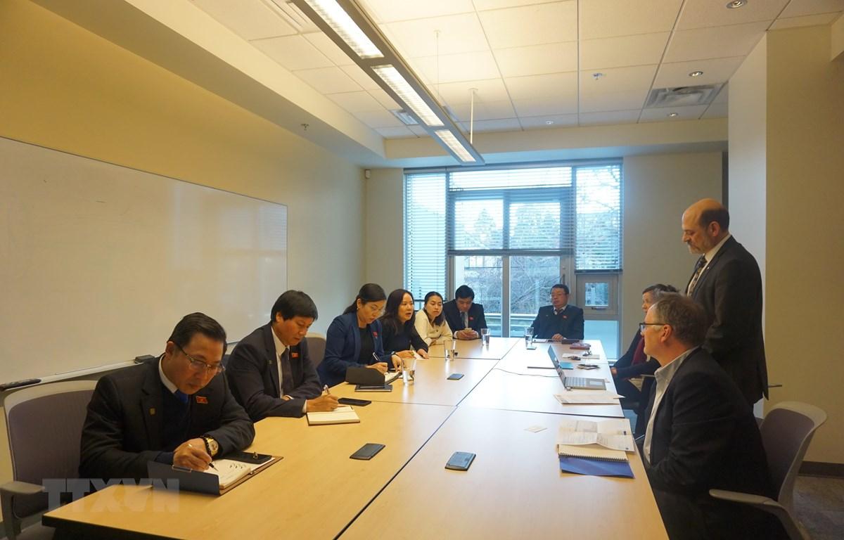 Đoàn công tác làm việc tại trụ sở Thanh tra Quốc hội tỉnh Bang British Columbia. (Ảnh: Quang Thịnh/TTXVN)
