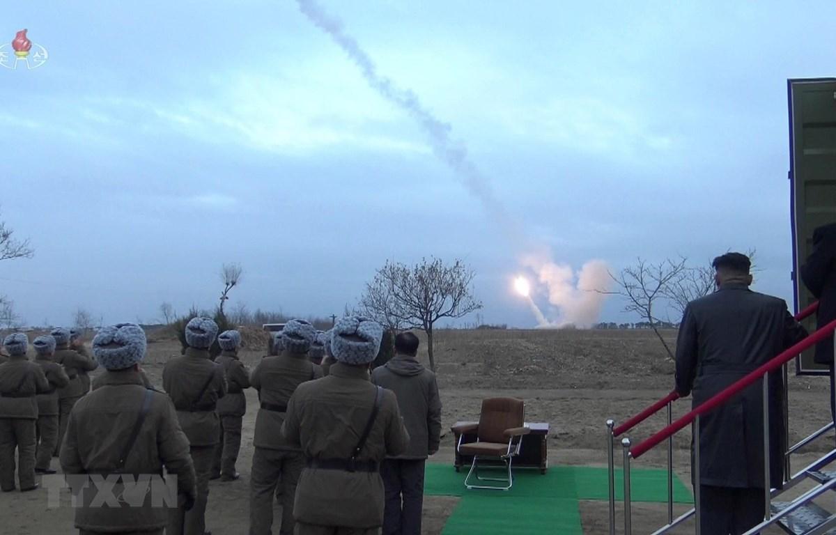Ngày 29/11/2019, Triều Tiên xác nhận đã thử thành công hệ thống bắn liên tiếp của bệ phóng tên lửa đa nòng siêu lớn tại Yeonpo dưới sự chỉ đạo của nhà lãnh đạo Kim Jong-un (ảnh, phải). (Ảnh: Yonhap/TTXVN)