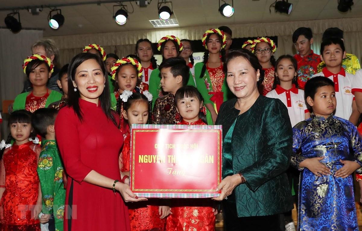 Chủ tịch Quốc hội Nguyễn Thị Kim Ngân tặng quà cô và trò lớp học tiếng Việt. (Ảnh: Trọng Đức/TTXVN)