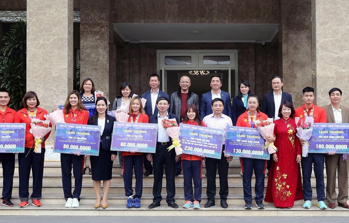 Lãnh đạo tỉnh chụp ảnh lưu niệm với đoàn thể thao Quảng Ninh tham dự SEA Games 30 đạt thành tích cao. (Ảnh: TTXVN phát)