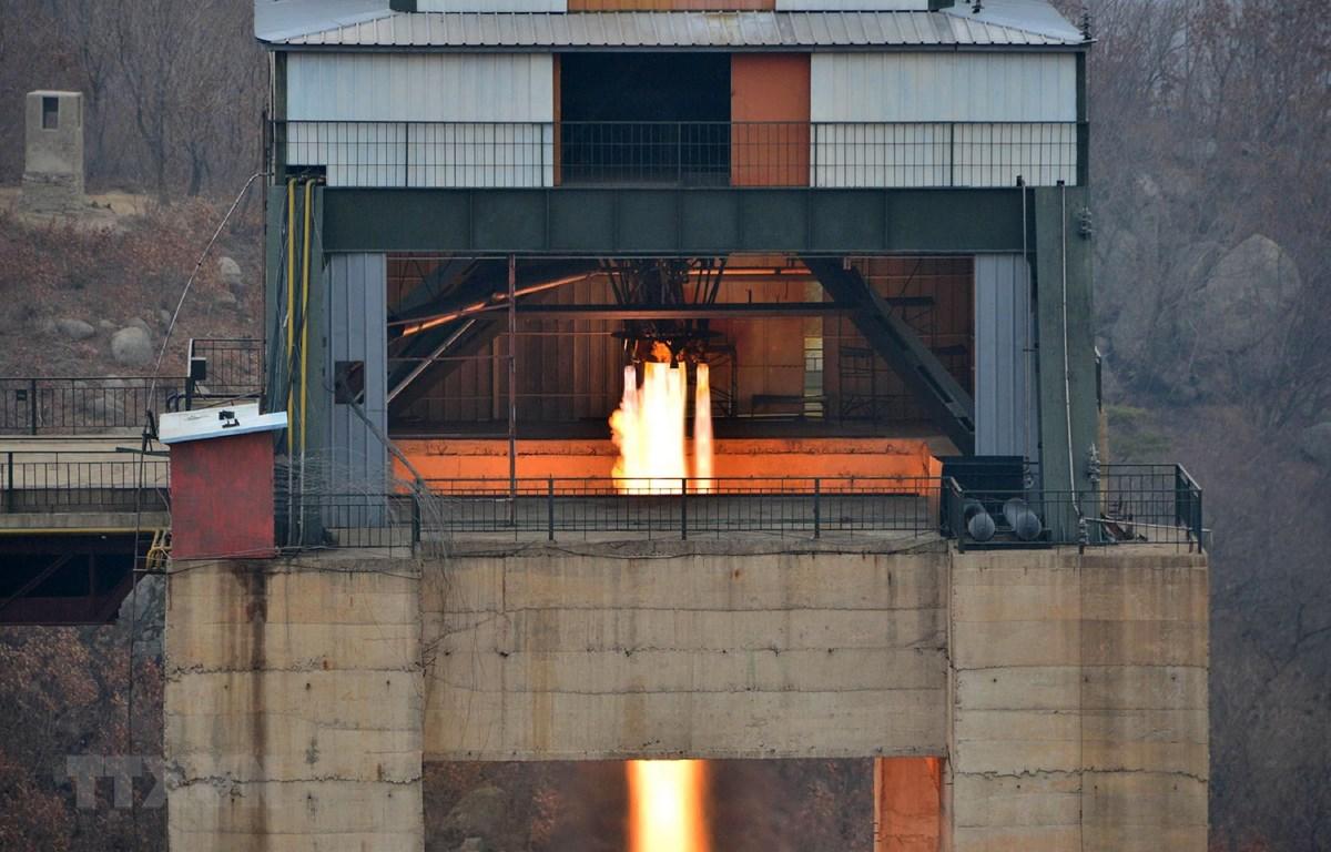 (Ảnh tư liệu do Hãng thông tấn Trung ương Triều Tiên đăng phát): Một vụ thử động cơ tên lửa lực đẩy lớn của Triều Tiên tại bãi phóng vệ tinh Sohae ở tỉnh Bắc Pyongan tháng 3/2017. (Ảnh: Yonhap/TTXVN)