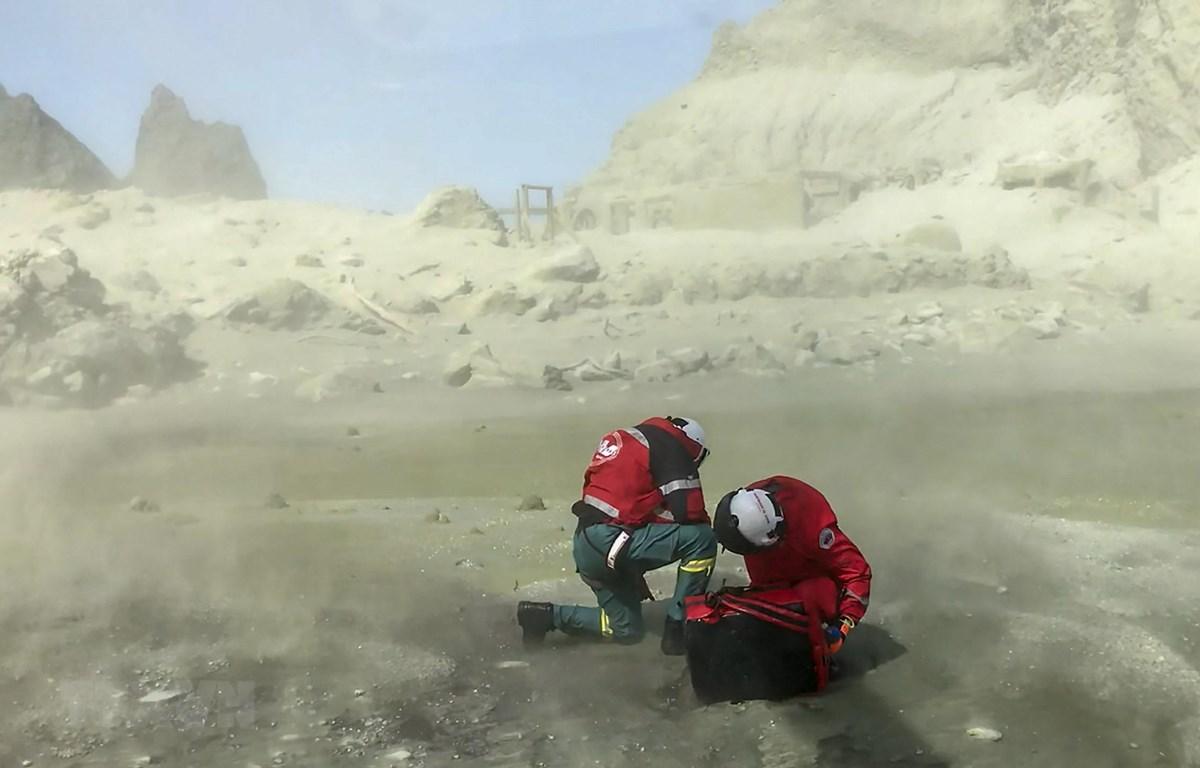 Lực lượng cứu hộ làm nhiệm vụ tại Đảo Trắng, New Zealand sau vụ núi lửa phun trào, ngày 9/12/2019. (Ảnh: THX/TTXVN)