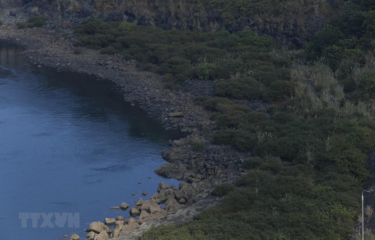 Nước hồ thủy điện Hòa Bình ở mức thấp nhất từ trước đến nay. (Ảnh: Trọng Đạt/TTXVN)