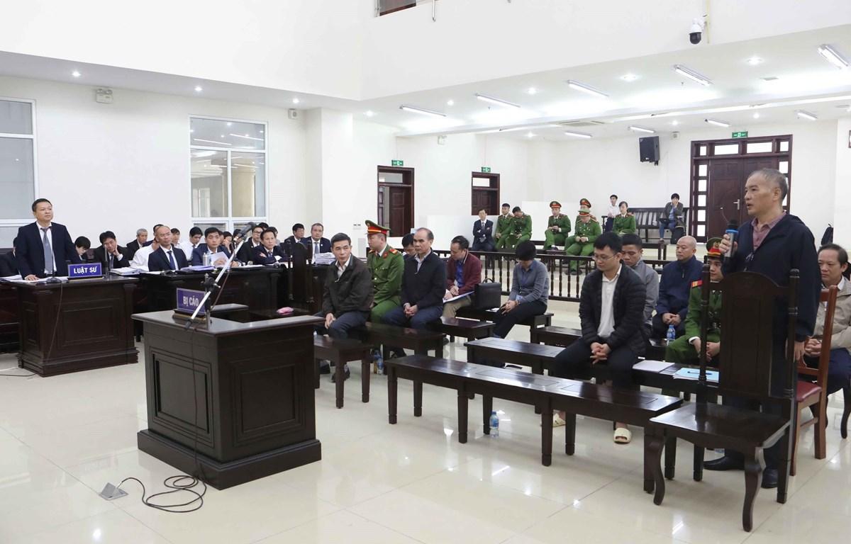 Luật sư đặt câu hỏi đến bị cáo Lê Nam Trà (sinh năm 1961, nguyên Chủ tịch Hội đồng thành viên MobiFone) trả lời các câu hỏi của luật sư. (Ảnh: Doãn Tấn/TTXVN)