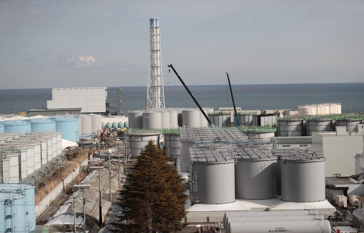 Lò phản ứng số 4 (trái) và các bể chứa nước nhiễm xạ tại nhà máy điện hạt nhân Fukushima Daiichi ở tỉnh Fukushima, Nhật Bản. (Ảnh: AFP/TTXVN)