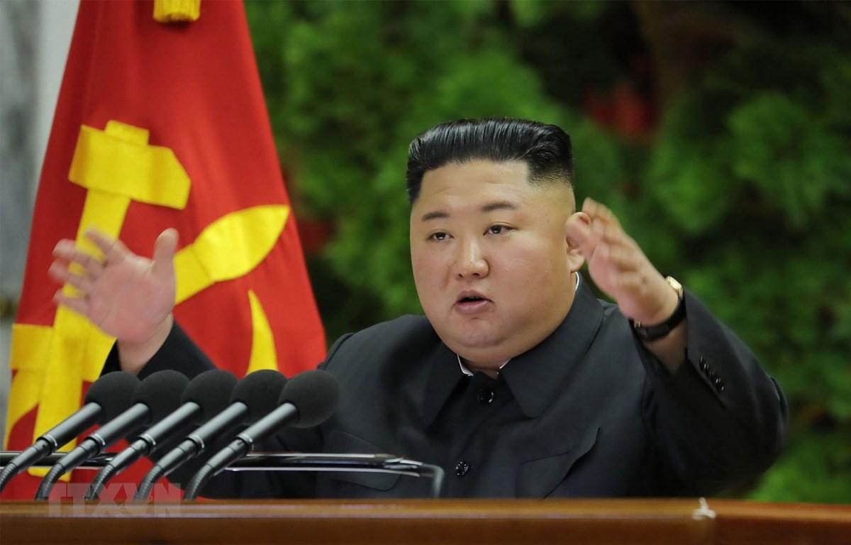 Nhà lãnh đạo Triều Tiên Kim Jong-un phát biểu tại cuộc họp của Ủy ban trung ương đảng Lao động Triều Tiên diễn ra ở Bình Nhưỡng ngày 28/12/2019. (Ảnh: AFP/TTXVN)