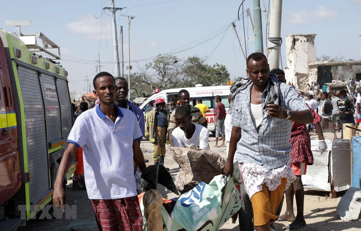 Chuyển nạn nhân tại hiện trường vụ đánh bom ở thủ đô Mogadishu, Somalia ngày 28/12/2019. (Ảnh: THX/TTXVN)