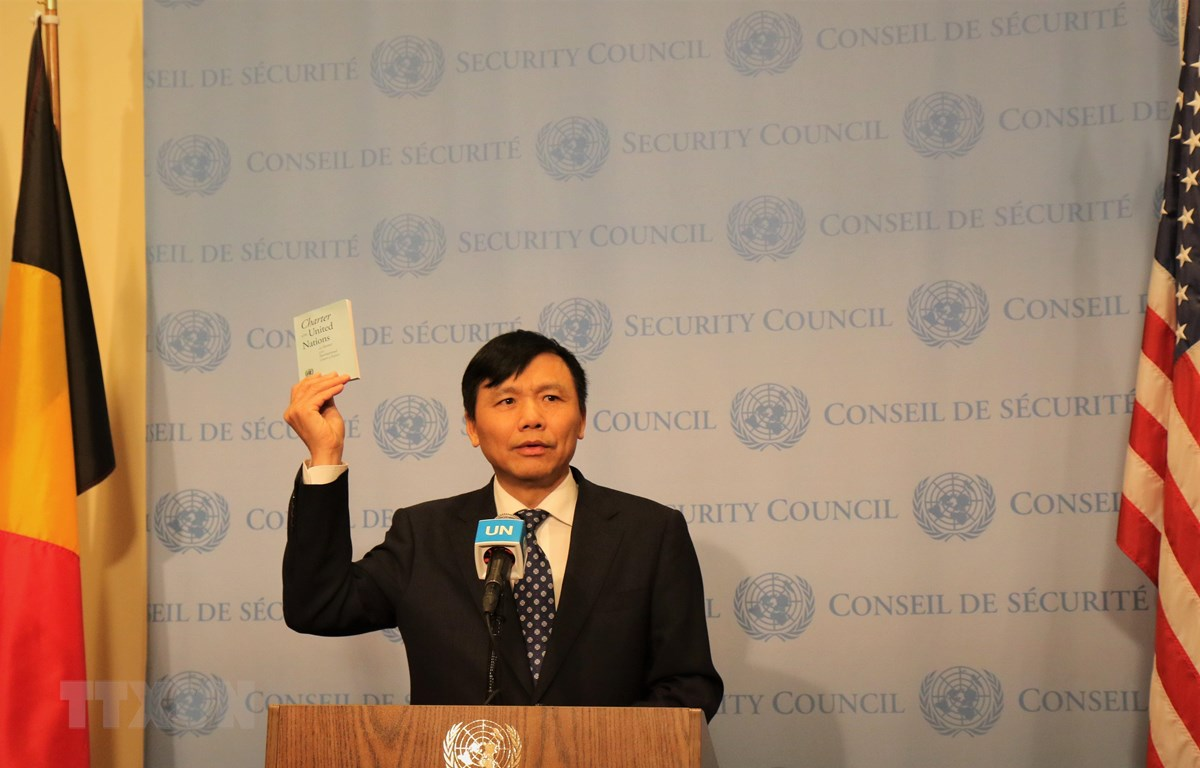 Đại sứ, Trưởng phái đoàn Việt Nam tại Liên hợp quốc Đặng Đình Quý tuyên thệ trước Hiến chương Liên hợp quốc tại Lễ thượng cờ. (Ảnh: Khắc Hiếu/TTXVN)