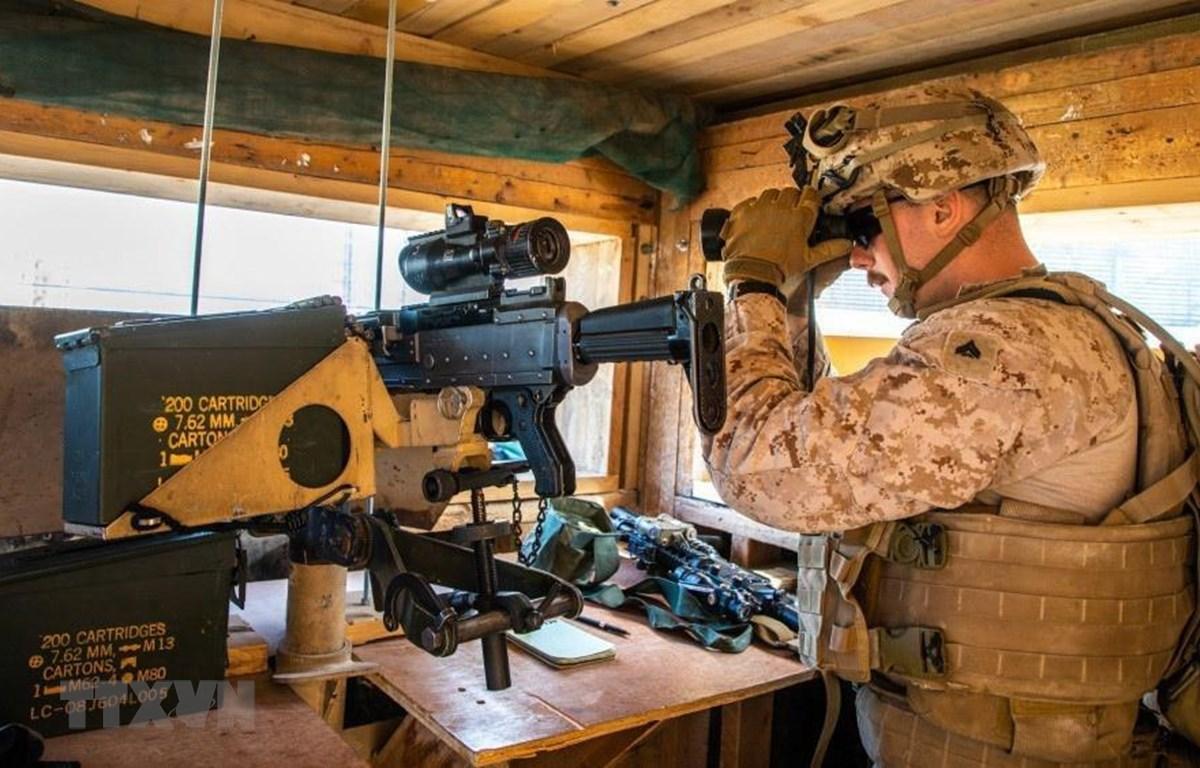 Binh sỹ thuộc lực lượng đặc nhiệm Mỹ được tăng cường bảo vệ Đại sứ quán Mỹ ở thủ đô Baghdad, Iraq, sau khi người biểu tình đốt phá khu vực này, ngày 2/1/2020. (Ảnh: AFP/TTXVN)