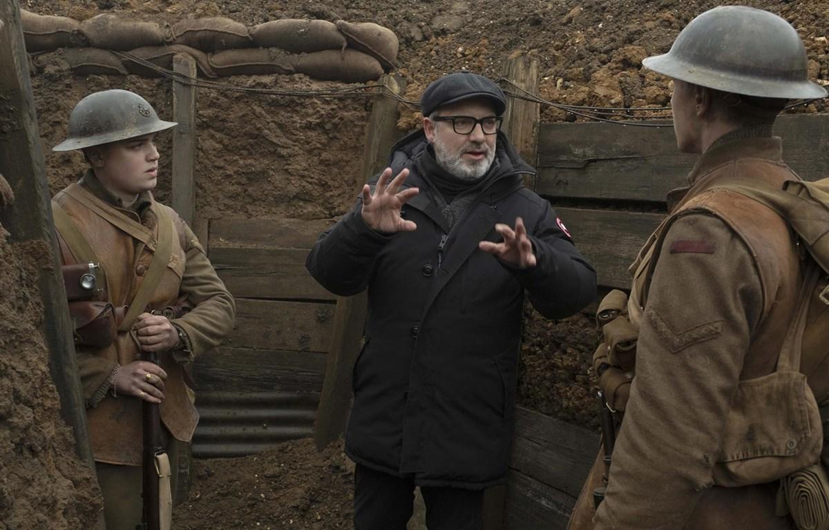 Đạo diễn Sam Mendes chỉ đạo diễn xuất trên phim trường. (Nguồn: screendaily.com)