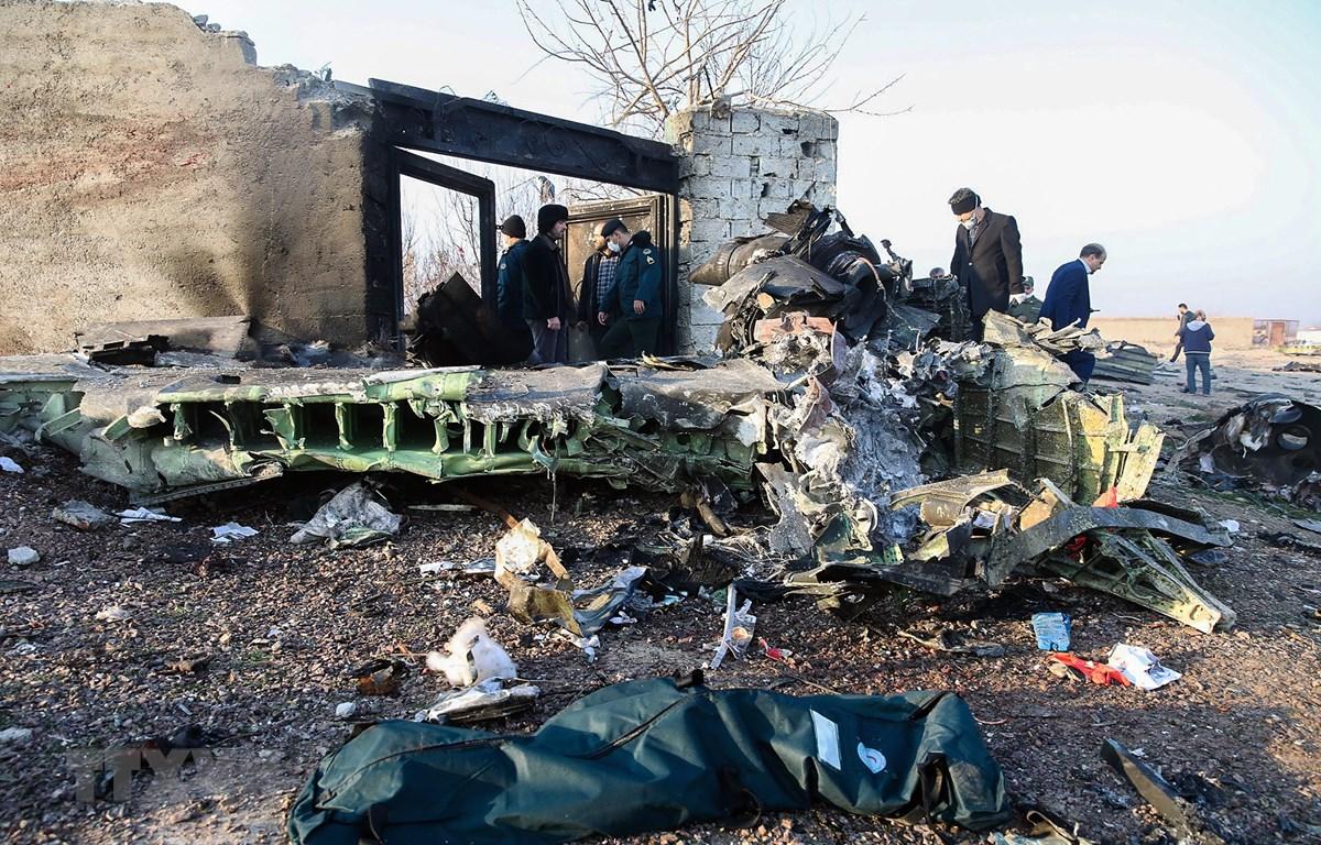 Hiện trường máy bay Boeing 737-800 của Hãng hàng không quốc tế Ukraine rơi gần sân bay Imam Khomeini ở Tehran, Iran ngày 8/1/2020. (Ảnh: AFP/TTXVN)