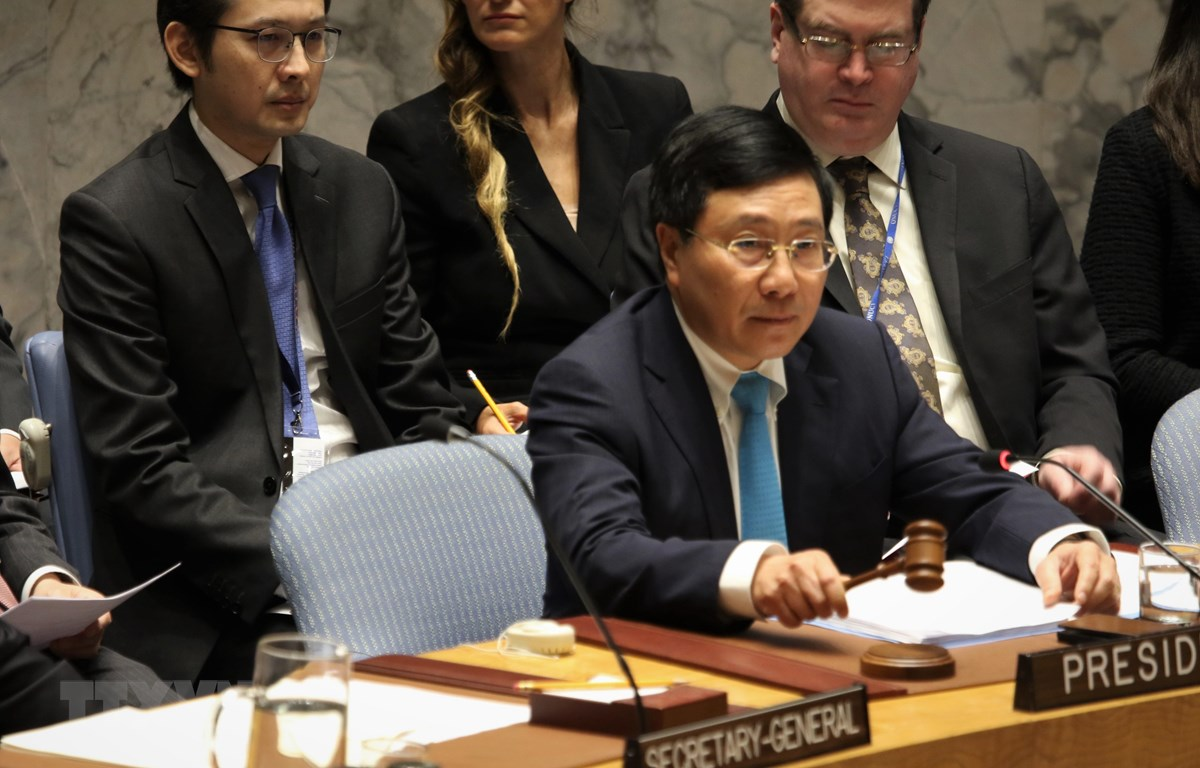Phó Thủ tướng, Bộ tưởng Ngoại giao Phạm Bình Minh gõ búa khai mạc phiên thảo luận. (Ảnh: Khắc Hiếu/TTXVN)
