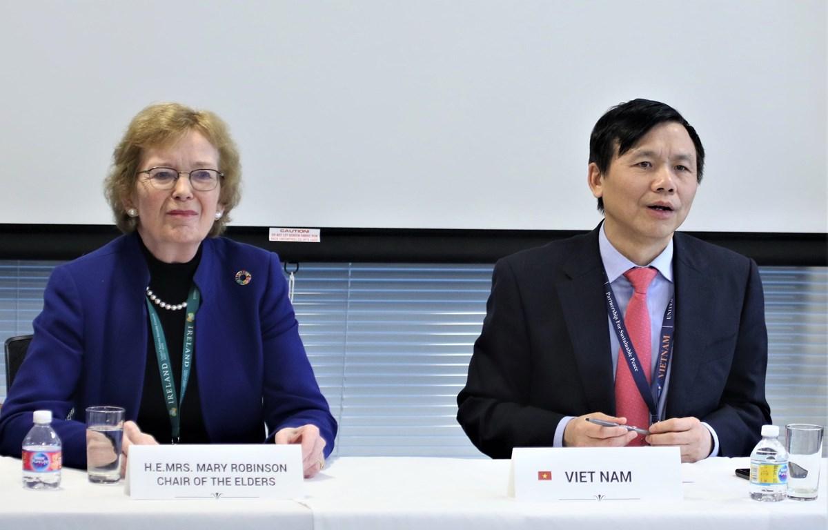 Đại sứ Đặng Đình Quý chủ trì phiên họp. (Ảnh: Khắc Hiếu/TTXVN)