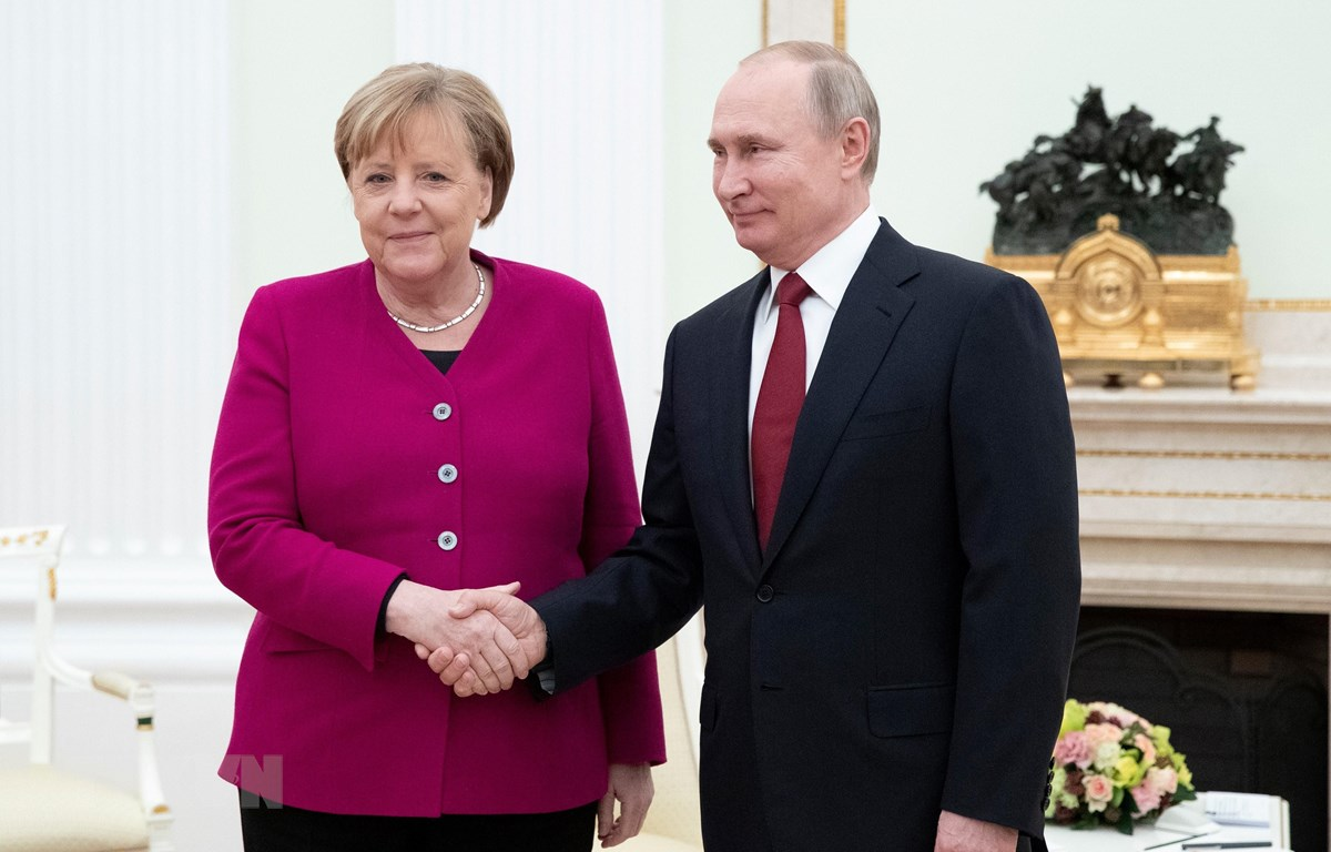 Tổng thống Nga Vladimir Putin (phải) và Thủ tướng Đức Angela Merkel (trái) trong cuộc gặp tại Moskva, Nga, ngày 11/1/2020. (Ảnh: AFP/TTXVN)