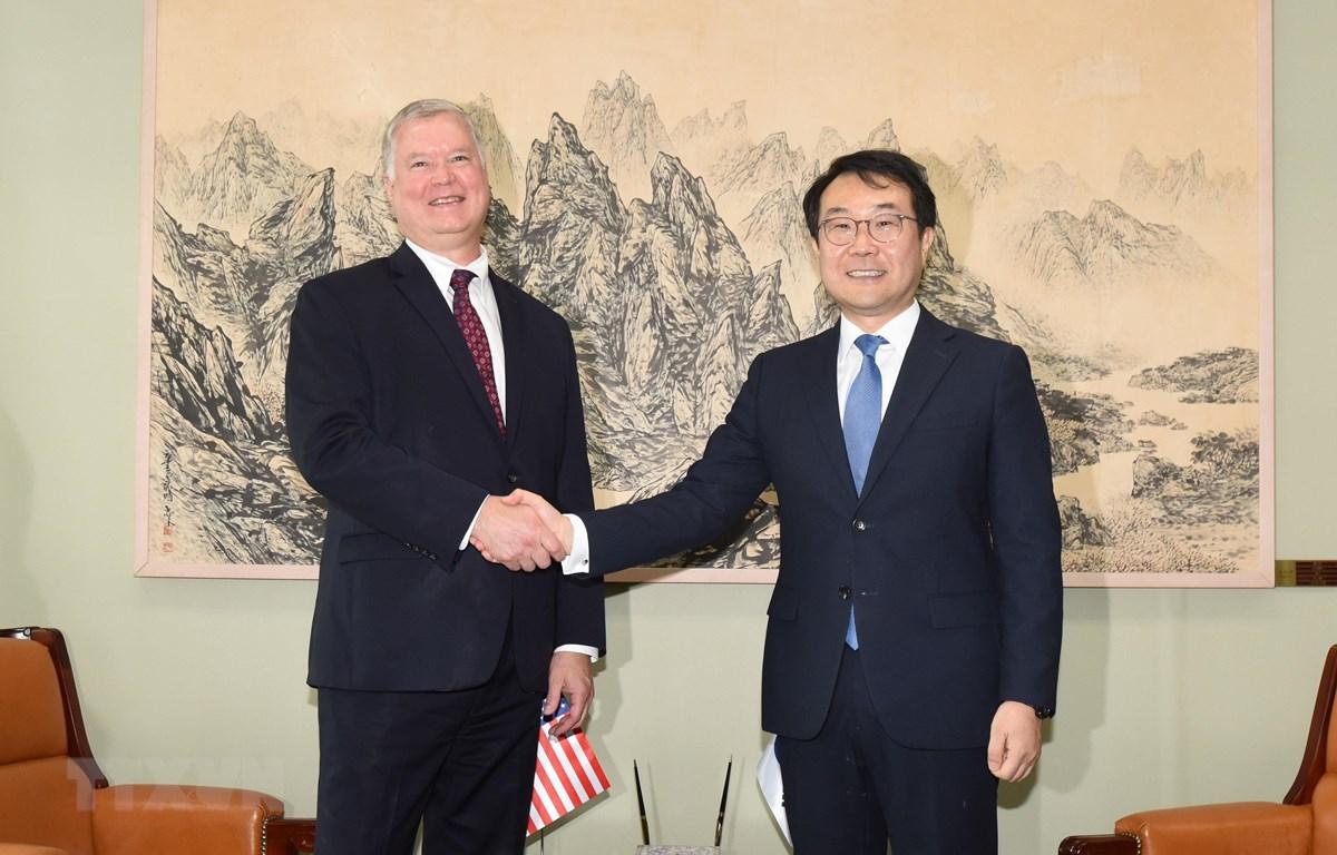 Đặc phái viên Mỹ về Triều Tiên Stephen Biegun (trái) và người đồng cấp Hàn Quốc Lee Do-hoon (phải) tại cuộc gặp ở Seoul ngày 21/8/2019. (Ảnh: Yonhap/TTXVN)