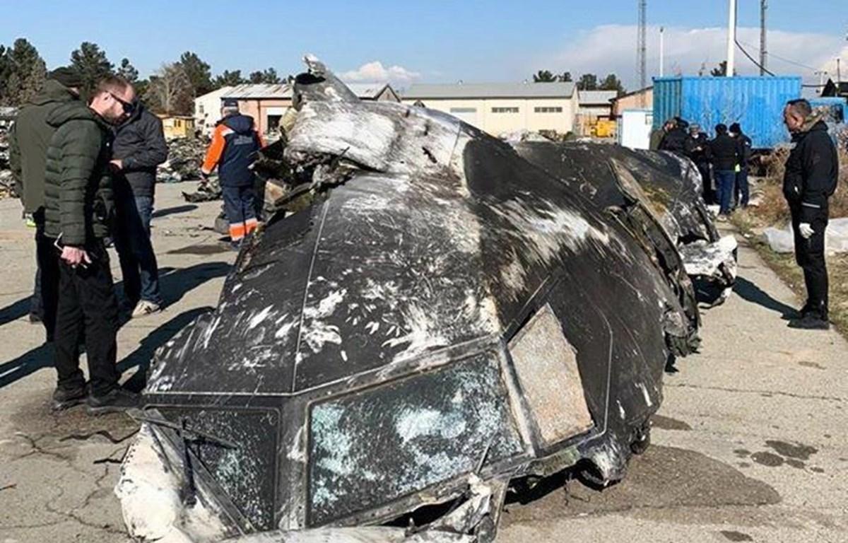 Lực lượng chức năng điều tra tại hiện trường vụ máy bay chở khách của Hãng hàng không Ukraine bị bắn rơi ở Tehran, Iran ngày 8/1/2020. (Ảnh: AFP/TTXVN)