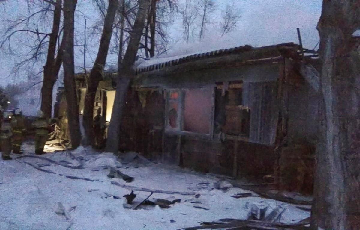 Nhân viên cứu hỏa làm nhiệm vụ tại hiện trường vụ cháy nhà ở tỉnh Tomsk, Nga ngày 21/1/2020. (Ảnh: AFP/TTXVN)