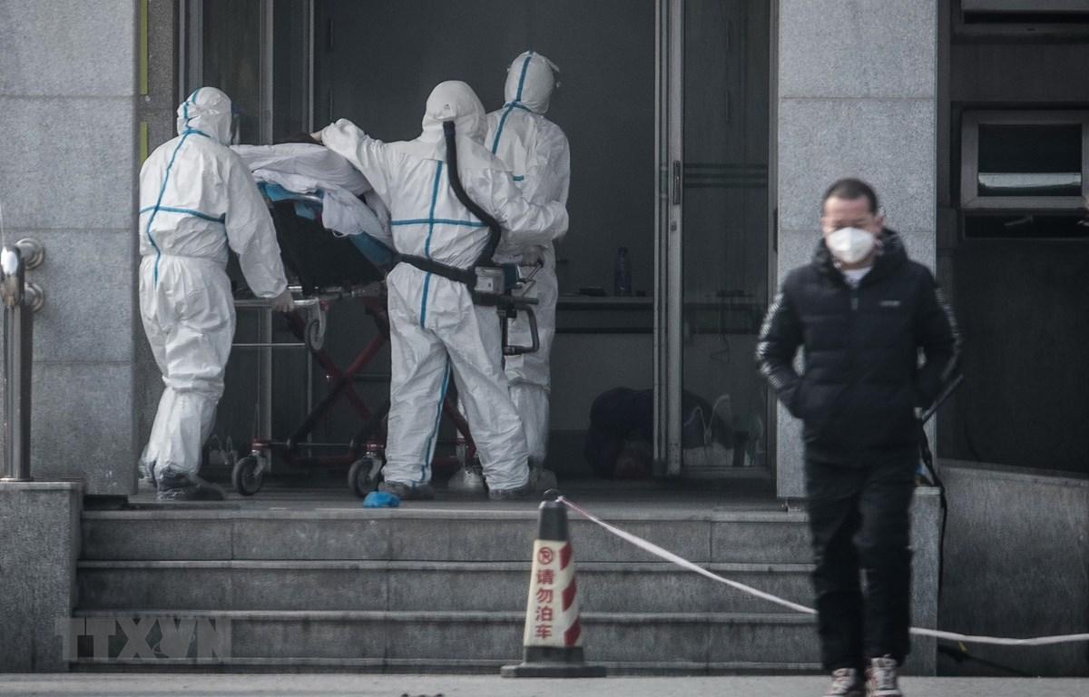 Chuyển bệnh nhân nghi nhiễm virus tại bệnh viện Jinyintan ở thành phố Vũ Hán, Trung Quốc ngày 18/1/2020. (Ảnh: AFP/TTXVN)