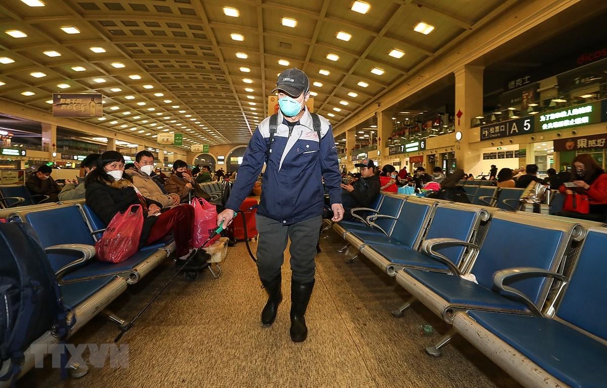 Nhân viên phun thuốc khử trùng để phòng tránh sự lây lan của dịch bệnh viêm phổi do virus corona tại một nhà ga ở Hồ Bắc, Trung Quốc ngày 22/1/2020. (Ảnh: AFP/TTXVN)