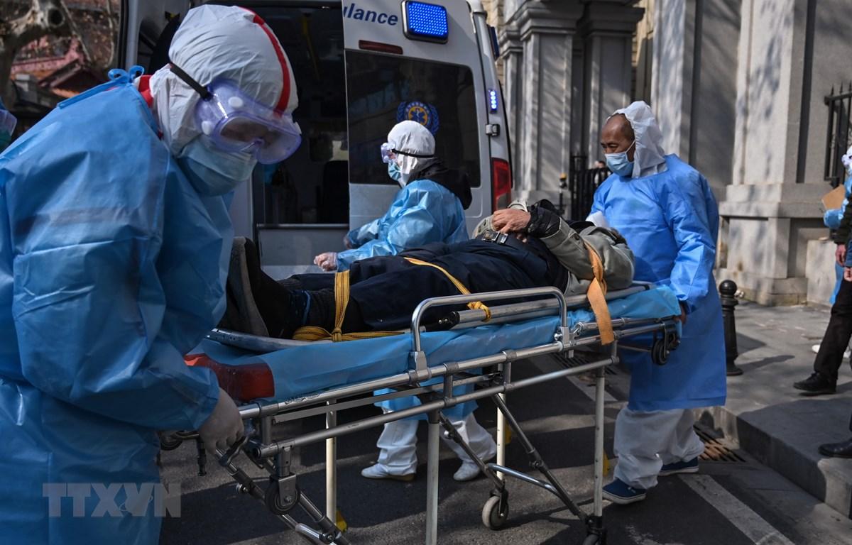 Nhân viên y tế tiếp nhận bênh nhân viêm đường hô hấp cấp do nhiễm virus corona tại bệnh viện ở Vũ Hán, Trung Quốc. (Ảnh: AFP/TTXVN)