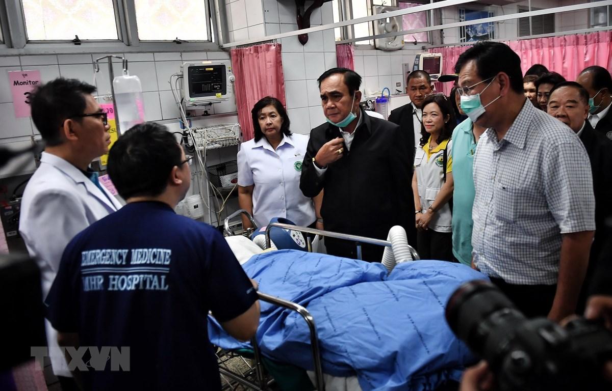 Thủ tướng Thái Lan Prayut Chan-o-cha (giữa) thăm nạn nhân còn sống sót trong vụ xả súng tại thành phố Korat thuộc tỉnh Nakhon Ratchasima ngày 9/2/2020. (Ảnh: AFP/TTXVN)
