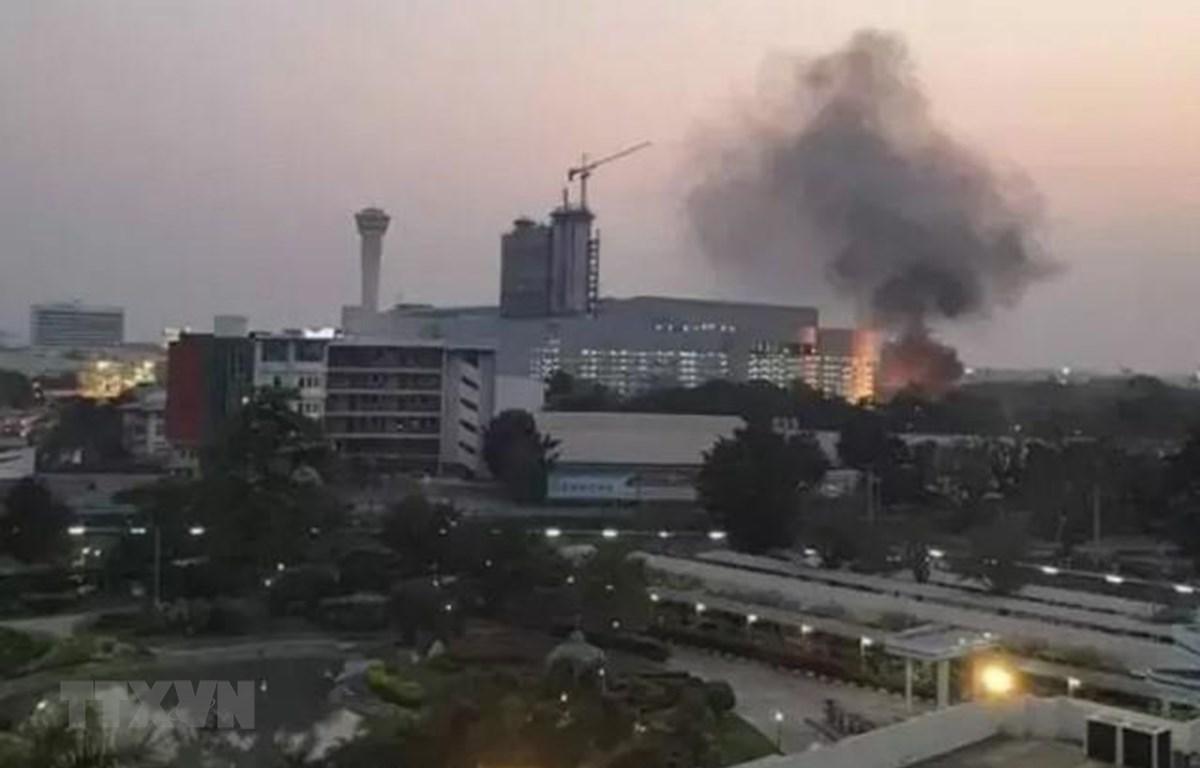 Khói bốc lên từ hiện trường vụ xả súng tại trung tâm thương mại Terminal 21 ở Nakhon Ratchasima, ngày 8/2/2020. (Ảnh: Ladbible/TTXVN)