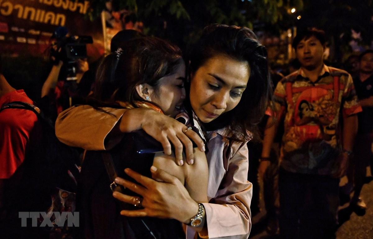 Người dân được lực lượng an ninh Thái Lan giải cứu khỏi trung tâm thương mại Terminal 21 ở tỉnh Nakhon Ratchasima, nơi nghi phạm Jakrapanth Thomma tiến hành vụ xả súng và bắt giữ con tin tối 8/2/2020. (Ảnh: AFP/TTXVN0