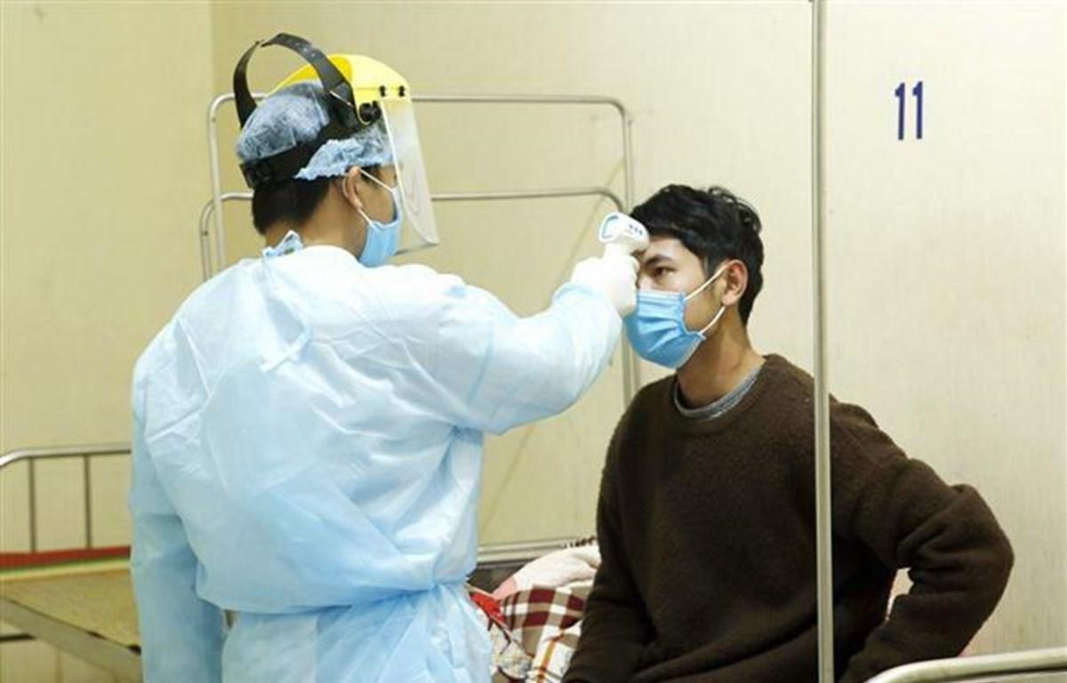 Nhân viên y tế kiểm tra thân nhiệt cho các ca bệnh đang được cách ly theo dõi nCoV tại Trung tâm Y tế Bình Xuyên. (Ảnh: Dương Ngọc/TTXVN)