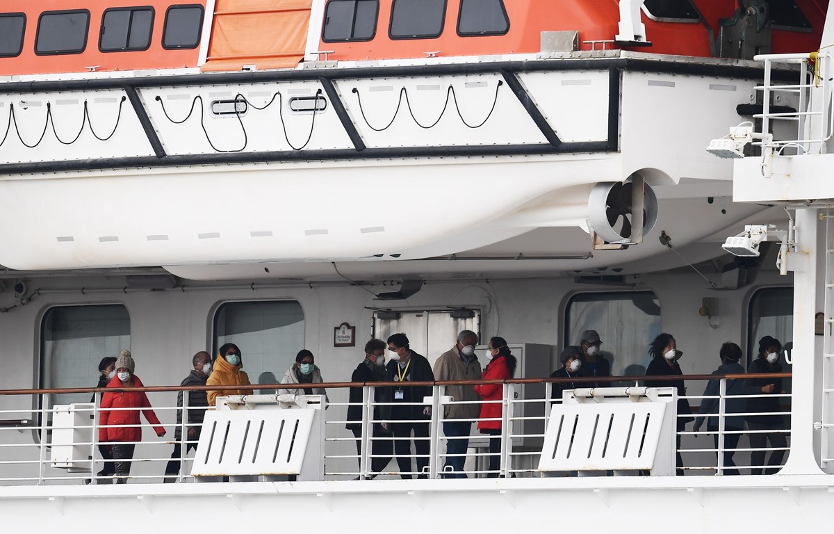 Các hành khách trên tàu du lịch Diamond Princess tại khu vực cách ly cảng Yokohama, Nhật Bản, ngày 14/2. (Ảnh: AFP/TTXVN)