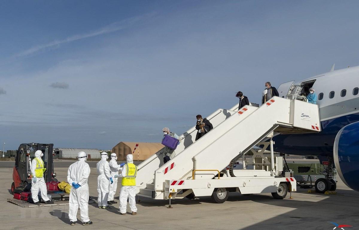 Máy bay chở các công dân Pháp sơ tán khỏi Vũ Hán, Trung Quốc, tâm dịch viêm đường hô hấp cấp COVID-19, về tới sân bay Istres-Le Tube ở Marseille, ngày 9/2/2020. (Ảnh: AFP/TTXVN)