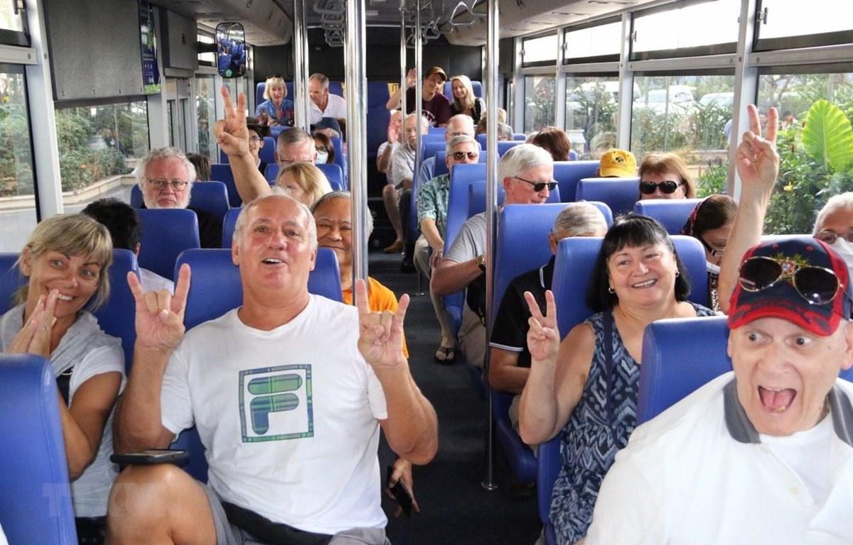 Hành khách trên tàu du lịch Westerdam đi xe buýt tham quan thủ đô Phnom Penh, Campuchia, ngày 17/2/2020. (Ảnh: AFP/TTXVN)